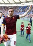 Totti acena para torcida da Roma em jogo contra o Chievo Verona. 08/05/16.    REUTERS/Tony Gentile