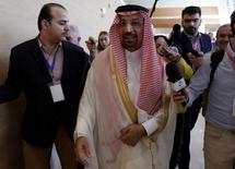 El ministro de Energía saudí Khalid al-Falih, habla con periodistas durante el Foro Internacional de Energía, en Algiers, Argelia. 27 de septiembre de 2016. Irán rechazó el martes un ofrecimiento de Arabia Saudita para limitar su producción de petróleo a cambio de que Riad haga lo mismo, truncando las esperanzas del mercado de que los dos mayores productores de la OPEP lograran un acuerdo esta semana en Argelia que ayude a aliviar el exceso de suministro. REUTERS/Ramzi Boudina