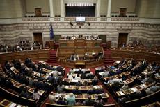 Le Parlement grec a voté mardi les réformes demandées par les bailleurs de fonds du pays afin de réduire la dépense publique et d'accélérer les privatisations, ce qui devrait permettre le déblocage d'une nouvelle tranche d'aide financière dans le cadre du dernier plan de sauvetage du pays. /Photo prise le 27 septembre 2016/REUTERS/Alkis Konstantinidis