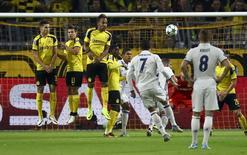 Cristiano Ronaldo cobra falta em jogo do Real contra o Borussia Dortmund.  27/09/16.    REUTERS/Kai Pfaffenbach