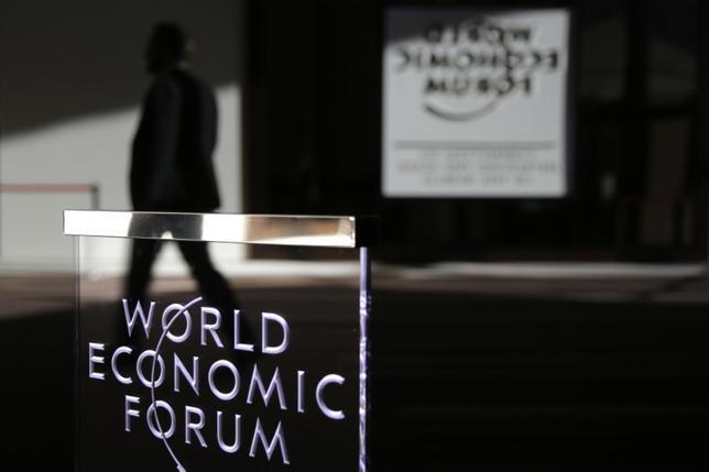 9月28日、世界経済フォーラム(WEF)が発表した国際競争力ランキングによると、スイスは8年連続で首位を維持した。日本は昨年の6位から8位に後退した。写真はWEFのロゴ、ダボスで1月撮影(2016年 ロイター/Ruben Sprich)