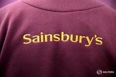 Логотип Sainsbury's на кофте сотрудника магазина в Лондоне 3 декабря 2015 года.  Вторая по величине сеть супермаркетов в Великобритании Sainsbury's в среду вновь отчиталась о снижении квартальных продаж и предупредила, что не ждёт изменений условий на конкурентном рынке в ближайшее время.  REUTERS/Neil Hall/File Photo