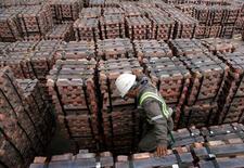 Un trabajador revisa un cargamento de cobre listo para ser exportado en el puerto de Valparaíso, Chile, ago 21, 2006. El cobre repuntaba el miércoles tras descender más de 1 por ciento el día anterior, mientras que el estaño alcanzó un máximo de 20 meses ante una reducción de los inventarios y la creciente preocupación por la escasez debido a un control más estricto en minas de Filipinas.      REUTERS/Eliseo Fernandez/File Photo