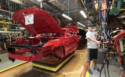 Un trabajador en la línea de producción de Ford en Flat Rock, Michigan, Estados Unidos. 20 de agosto de 2015. Los nuevos pedidos de bienes de capital en Estados Unidos excluyendo aviones subieron por tercer mes consecutivo en agosto, una señal positiva para el panorama de inversión de las empresas. REUTERS/Rebecca Cook/File Photo