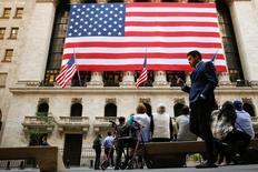 La Bourse de New York a débuté en légère hausse mercredi, grâce entre autres au rebond des valeurs bancaires, dans l'attente de l'audition au Congrès de Janet Yellen, la présidente de la Réserve fédérale, qui pourrait donner de nouvelles indications sur l'évolution de la politique monétaire aux Etats-Unis. Quelques minutes après le début des échanges, l'indice Dow Jones gagne 0,26%. /Photo prise le 15 septembre 2016/REUTERS/Brendan McDermid