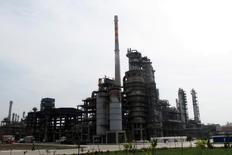 НПЗ компании Chambroad Petrochemicals в Боксине, провинция Шандон, Китай.  Цены на нефть выросли в среду, однако отошли от сессионных пиков на фоне неожиданного падения запасов черного золота в США четвертую неделю кряду и увеличения запасов бензина. REUTERS/Meng Meng/File Photo