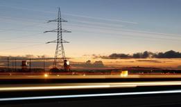Líneas de alta tensión junto a una carretera en Puchuncaví, Chile, sep 5, 2014. Los accionistas de la empresa que administra los activos de la eléctrica italiana Enel en Sudamérica aprobaron el miércoles la fusión con sus filiales en la región a excepción de Chile, luego de un largo proceso impulsado por la europea para mejorar la gestión de una de sus operaciones más rentables.    REUTERS/Eliseo Fernandez