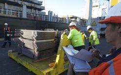 Un cargamento de cobre de exportación en el puerto chileno de Valparaíso, ene 25, 2015. El cobre cerró al alza el miércoles tras descender más de 1 por ciento en la sesión previa, mientras que el estaño alcanzó un máximo de 20 meses ante una reducción de los inventarios y la creciente preocupación por la escasez debido a un control más estricto en minas de Filipinas.  REUTERS/Rodrigo Garrido