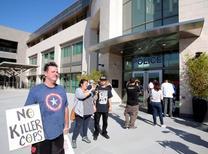 Manifestantes se reúnem na sede do Departamento de Polícia de El Cajon para protestar contra a morte de um homem negro desarmado por policiais em  El Cajon, California 28/09/2016 REUTERS/Earnie Grafton