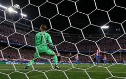 Soccer Football - Atletico Madrid v Bayern Munich - UEFA Champions League Group Stage - Group D - Vicente Calderon, Madrid, Spain - 28/9/16 Atletico Madrid's Antoine Griezmann misses from the penalty spot Reuters / Sergio Perez Livepic