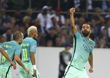 Arda Turan comemora gol do Barcelona.  28/09/16.   REUTERS/Kai Pfaffenbach