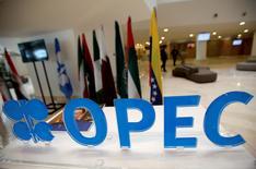 La Organización de Países Exportadores de Petróleo (OPEP) llegó el miércoles a un acuerdo para reducir levemente la producción por primera vez desde 2008, después de que que Arabia Saudí, su miembro más importante, suavizara su postura frente a su archirrival Irán y por la creciente presión de los bajos precios del petróleo. En la imagen, el logo de la OPEP en una reunión de sus miembros en Argel, el 28 de septiembre de 2016. REUTERS/Ramzi Boudina