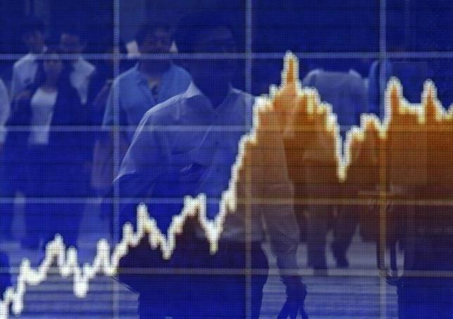 9月29日、午後3時のドル/円は、前日ニューヨーク市場午後5時時点と比べ、ドル高/円安の101.61/63円だった。OPECによる予想外の減産合意を踏まえたリスク選好地合いが続いた。写真は為替ボード。都内で2014年6月撮影(2016年 ロイター/Yuya Snino)