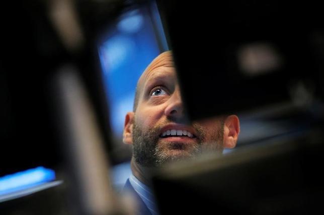 9月28日、株式市場で今年「5月に売り逃げろ」という格言に従った投資家は後悔しているだろう。相場が第3・四半期中に新興国、日本、ユーロ圏でいずれも上昇し、米国でも底堅さを保ったためだ。NY証券取引所で7月撮影(2016年 ロイター/Brendan McDermid)