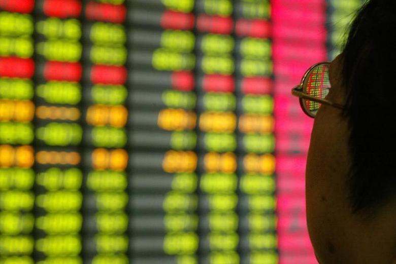 2003年11月12日,上海一家券商营业部内的股民在看你大屏幕上的股票信息。REUTERS/Claro Cortes IV/File Photo