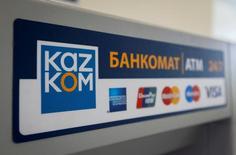 Банкомат Казкоммерцбанка в Алма-Ате 5 мая 2016 года.  Крупнейший частный банк Казахстана Казкоммерцбанк по итогам первой половины 2016 года получил 43,2 миллиарда тенге чистой прибыли по сравнению с чистый убытком на сумму 54,8 миллиарда тенге за аналогичный период прошлого года, сообщил банк в четверг. REUTERS/Shamil Zhumatov