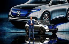 Daimler s'est doté d'une nouvelle division de technologies numériques pour développer ses activités dans le partage de voitures ou les véhicules autonomes, a annoncé jeudi le président du directoire du constructeur allemand, Dieter Zetsche. /Photo prise le 29 septembre 2016/REUTERS/Jacky Naegelen