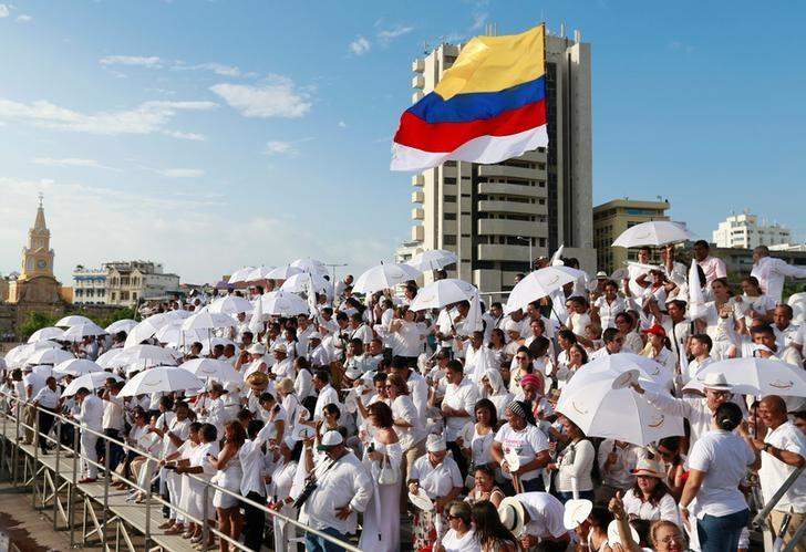 People gather for the signing of the government's peace agreement with the Revolutionary Armed Forces of Colombia (FARC) in Cartagena, Colombia September 26, 2016. REUTERS/John Vizcaino