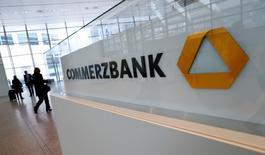Visitantes en la sede de Commerzbank antes de una conferencia de prensa en Fráncfort. Commerzbank dijo el jueves que eliminaría casi 10.000 puestos de trabajo o más de un quinto de su fuerza laboral y que dejaría de pagar dividendos por el momento, en medio de un proceso de reestructuración para tornarse más rentable en una base más sostenible al 2020. REUTERS/Ralph Orlowski/File Photo