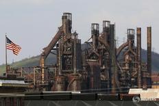 Флаг США на заводе Bethlehem Steel в Бетлехеме, Пенсильвания 22 апреля 2016. Экономика США росла во втором квартале не так медленно, как думали ранее, поскольку экспорт опередил импорт, а компании увеличили объем инвестиций.  REUTERS/Brian Snyder