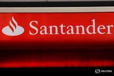 Los analistas prevén que Banco Santander adopte objetivos más conservadores en Reino Unido para reflejar el impacto inmediato del referéndum del Brexit cuando el banco español actualice su estrategia el viernes. Imagen del logo de Santander en Londres, Reino Unido tomada el 14 de febrero de 2012.   REUTERS/Luke MacGregor/File Photo