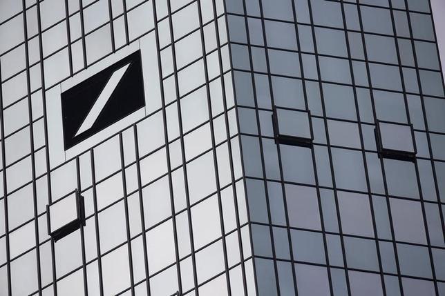 9月29日、オーストリアのシェリング財務相はドイツ銀行は経営破たんした米リーマン・ブラザーズのようにはならないとの見解を示した。ただ、欧州の銀行は利益面では広範な危機に直面しているとの認識は示した。写真は2015年10月、フランクフルトのドイツ銀本店(2016年 ロイター/Kai Pfaffenbach)