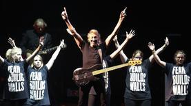 """Foto de archivo del ex miembro de la banda Pink Floyd, Roger Waters, durante una actuación de su tour """"The Wall"""" en Quebec, Canadá. 21 de julio de 2012. El músico Roger Waters arremetió en México contra el candidato republicano en las elecciones de Estados Unidos, Donald Trump, por su idea de construir un muro en la frontera entre ambos países, y respaldó una campaña en las redes sociales que exige la renuncia del presidente mexicano, Enrique Peña Nieto. REUTERS/Mathieu Belanger"""
