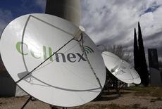 """El grupo de telecomunicaciones español Cellnex anunció el jueves un acuerdo para comprar un millar de emplazamientos de torres de telecomunicaciones en Holanda y Reino Unido con una inversión de 393 millones de euros. En la imagen de archivo, antenas de Cellnex bajo la torre de telecomunicaciones madrileña conocida popularmente como el """"Pirulí"""" el 10 de marzo de 2016. REUTERS/Sergio Perez"""
