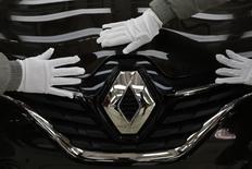 L'affaire Volkswagen et le vif débat sur les émissions polluantes des moteurs diesel accélère la baisse de cette motorisation sur le segment des voitures citadines mais le mouvement était enclenché avant, déclare jeudi le directeur délégué à la compétitivité de Renault. Cette motorisation, tombée à 39% sur le segment, va continuer à céder du terrain au cours des prochaines années face à l'essence, l'électrique et l'hybride rechargeable. /Photo prise le 1er février 2016/REUTERS/Darley Shen