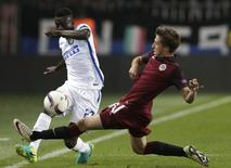 Football Soccer - Sparta Praha v Inter Milan - UEFA Europa League Group Stage - Group K -  Generali Arena, Prague, Czech Republic - 29/09/2016. Assane Demoya Gnoukouri (L) of Inter Milan in action with Michal Sacek of Sparta Praha. REUTERS/David W Cerny