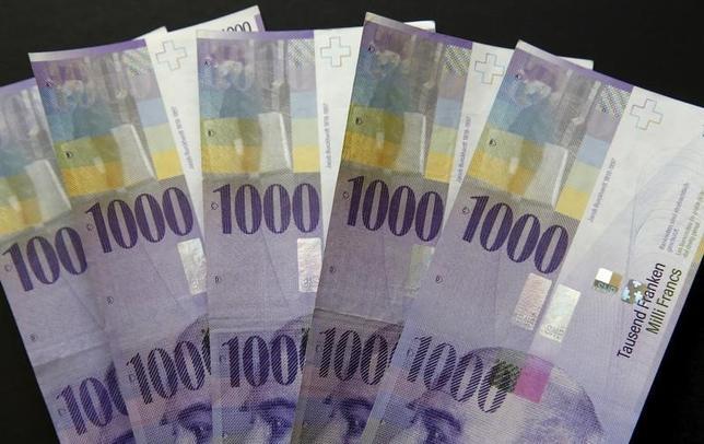 9月29日、終盤のニューヨーク外為市場では、ドイツ銀行の経営不安を背景に安全通貨を買う動きが強まり、ドルが対スイスフラン(写真)で1カ月強ぶりの安値をつけた。2月撮影(2016年 ロイター/Ruben Sprich/Illustration)