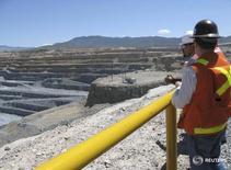 En la imagen de archivo, ingenieros miran el rajo abierto de la mina Peñasquito de Goldcorp en México. 18 de septiembre de 2012.Manifestantes en el norte de México mantenían bloqueado el jueves el acceso al complejo minero Peñasquito, de la canadiense Goldcorp, que dijo que sus operaciones no se estaban afectadas y que esperaba resolver en breve la situación.  REUTERS/Jean Luis Arce