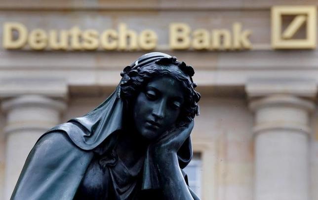 9月29日、ドイツ銀行のジョン・クライアン最高経営責任者(CEO)が5年前、2016年現在の自分に向けてアドバイスを送るとしたら、どんな内容になるだろう。写真は独フランクフルトのドイツ銀行前にある女神像。1月撮影(2016年 ロイター/Kai Pfaffenbach)
