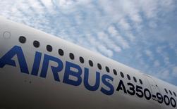 """Airbus a annoncé vendredi la fusion des structures Airbus Group et Airbus Commercial Aircraft dans une nouvelle entité. La nouvelle société, baptisée """"Airbus"""", sera dirigée par Tom Enders en tant que président exécutif, a annoncé le groupe aéronautique qui vise à simplifier sa gouvernance et à optimiser son efficacité. /Photo d'archives/REUTERS/Edgar Su"""