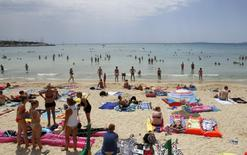 File photo of tourists crowding Palma de Mallorca's Arenal beach on the Spanish Balearic island of Mallorca July 25, 2014. REUTERS/Enrique Calvo