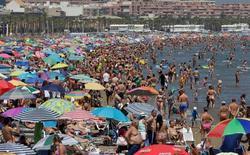 España recibió en agosto 10,1 millones de turistas extranjeros, lo que supuso un aumento del 5,6 por ciento respecto al mismo mes del año anterior, según cifras publicadas el viernes por el Instituto Nacional de Estadística (INE). En la imagen, cientos de personas disfrutan de la playa en Valencia, el 14 de agosto de 2016. REUTERS/Heino Kalis