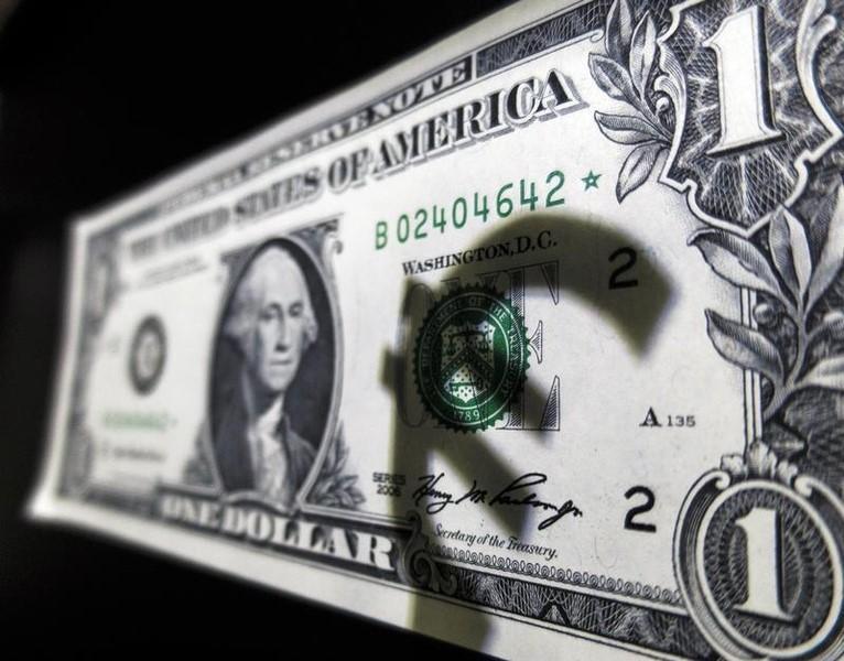 2015年3月10日,美元纸币上的欧元投影。REUTERS/Sergio Perez