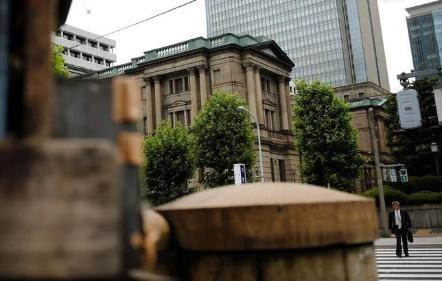 9月30日、日銀幹部は、当面の長期国債の買い入れ運営で残存10年超と25年超の買い入れを減額したことについて、長短金利操作付きQQEのもとでの金利操作方針などを踏まえた措置と語った。都内の日銀本店で6月撮影(2016年 ロイター/THOMAS PETER)
