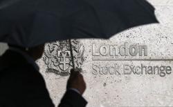 Les Bourses européennes restent nettement orientées à la baisse vendredi à mi-séance, même si elles effacent un peu de leurs pertes du début de matinée, dans le sillage d'un secteur bancaire fragilisé par les inquiétudes autour de Deutsche Bank, qui chute encore de près de 5%. À Paris, le CAC 40 perd 1,56% (69,41 points) à 4.374,43 points vers 10h45 GMT. À Francfort, le Dax cède 1,24% et à Londres, le FTSE abandonne 1,14%. L'indice paneuropéen FTSEurofirst 300 est en recul de 1,16%, l'EuroStoxx 50 de la zone euro de 1,58% et le Stoxx 600 de 1,07%. /Photo d'archives/REUTERS/Suzanne Plunkett