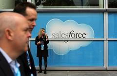 Salesforce, à suivre vendredi sur les marchés américains, a demandé jeudi aux autorités européennes de la concurrence d'examiner les problèmes éventuellement soulevés par le rachat du réseau social professionnel LinkedIn par Microsoft pour 26 milliards de dollars (23,18 milliards d'euros). /Photo d'archives/REUTERS/Robert Galbraith