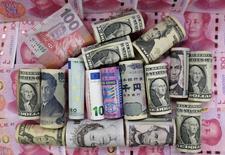 Billetes de euros, dólar de Hong Kong, dólar estadounidense, yen japonés, libra británica y yuanes chinos vistos en esta ilustración fotográfica, en Pekín, China. 21 de enero de 2016. El euro perdía terreno el viernes ya que la preocupación por la situación financiera de Deutsche Bank, el mayor prestamista de Alemania, presionaba a la moneda del bloque y mermaba el interés por el riesgo en los mercados globales. REUTERS/Jason Lee