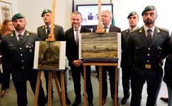 Policiais italianos ao lado de pinturas recuperadas de Vincent Van Gogh.   30/09/2016         REUTERS/Ciro De Luca