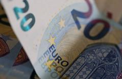 Банкнота в 20 евро. Евро компенсировал падение к доллару в пятницу, после того, как европейская валюта просела к американской до минимума девяти недель, благодаря уменьшению опасений о состоянии немецкого Deutsche Bank.  REUTERS/Regis Duvignau/Illustration/File Photo