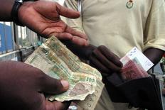 Le franc CFA est à sa juste valeur et, loin d'être un frein à la croissance, permet aux pays qui l'ont pour monnaie de mieux résister au choc créé par la faiblesse des cours des matières premières, estiment vendredi les responsables financiers de la zone franc. La devise partagée par 14 pays d'Afrique subsaharienne plus les Comores bénéficie d'une parité fixe avec l'euro. /Photo d'archives/REUTERS/Thierry Gouegnon
