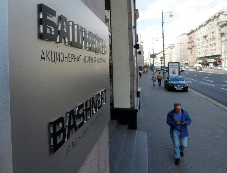 People walk past the headquarters of Russian state-owned oil producer Bashneft in central Moscow, Russia August 17, 2016. REUTERS/Sergei Karpukhin/File Photo