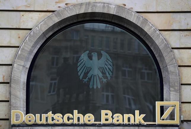 9月30日、AFPによると、米司法省はMBS不正販売問題でドイツ銀行に対する罰金を54億ドルですることで近く合意する。写真は同行支店のロゴ。(2016年 ロイター/Kai Pfaffenbach)