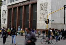 El Banco Central de Colombia en Bogotá, ago 20, 2014. El Banco Central de Colombia dejó el viernes estable su tasa de interés de referencia en un 7,75 por ciento, en línea con lo esperado por el mercado, al considerar que aunque la inflación ha comenzado a ceder, aún falta mayor certeza de que convergerá a la meta el próximo año.  REUTERS/John Vizcaino