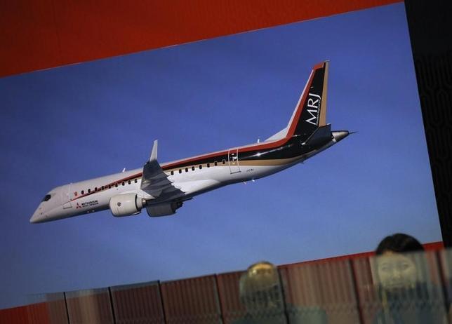 10月1日、三菱重工業傘下の三菱航空機が開発中の国産ジェット旅客機「MRJ(三菱リージョナルジェット)」について、2018年半ばに予定している初号機の納入が遅れる可能性があることを顧客の航空会社に通知していたことが分かった。写真は、シンガポール・エアショー展示会場のMRJブース。2月撮影(2016年 ロイター/Edgar Su)