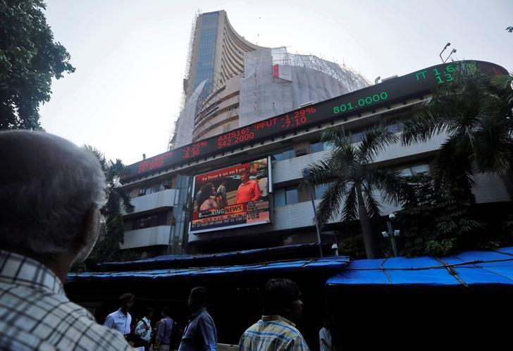 People watch a large screen displaying India's benchmark share index on the facade of the Bombay Stock Exchange (BSE) building in Mumbai, September 29, 2016. REUTERS/Shailesh Andrade/Files