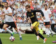Football Soccer - Spanish Liga - Valencia v Atletico Madrid - Mestalla Stadium - Valencia, Spain - 2/10/16.  Atletico Madrid's Antoine Griezmann (C) and Valencia's Mario Suarez in action. REUTERS/Heino Kalis